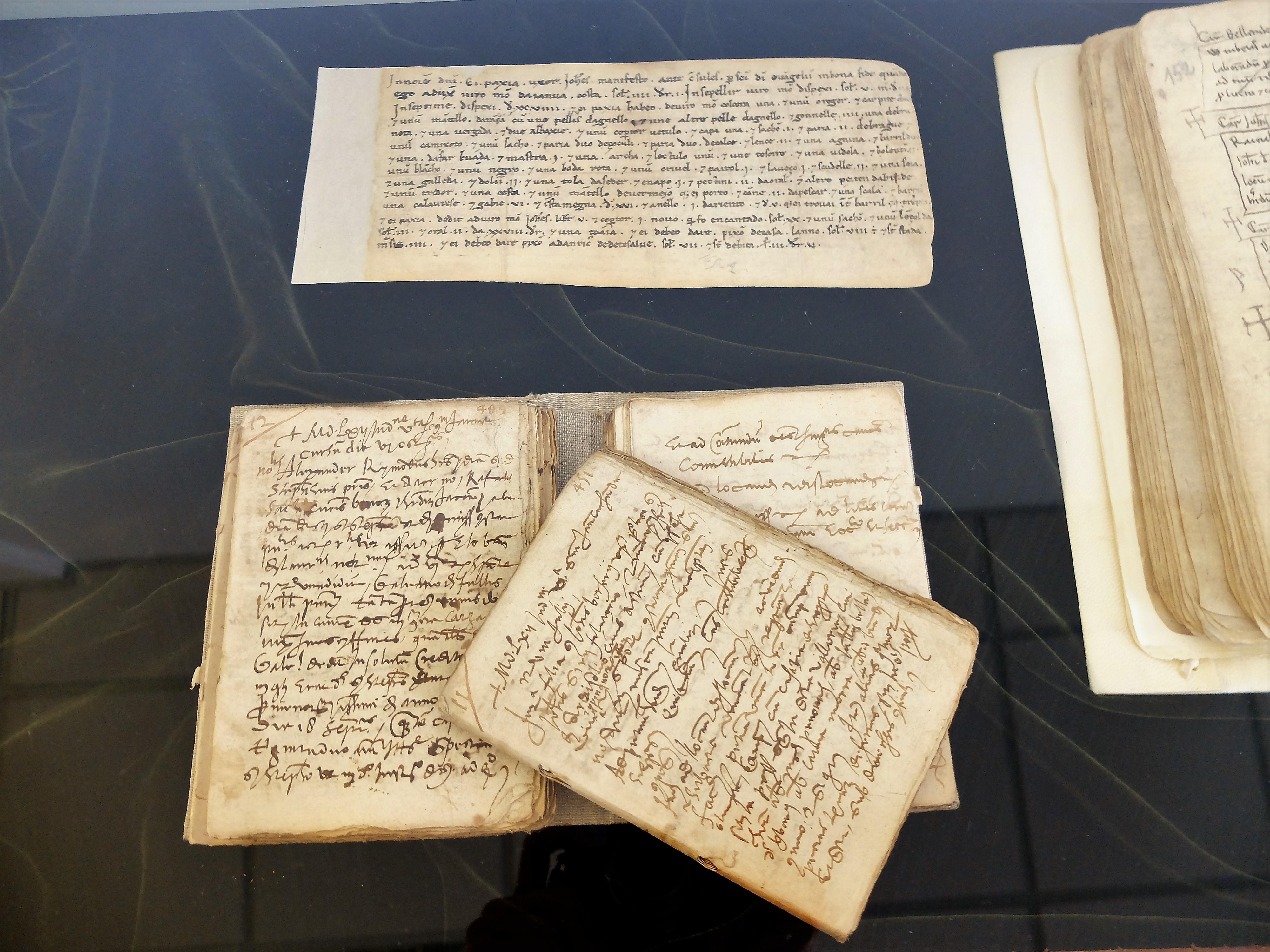 In alto, dichiarazione di Paxia, inserita del registro del notaio Arnaldo Cumano. In basso, bastardello del notaio Vincenzo Capello