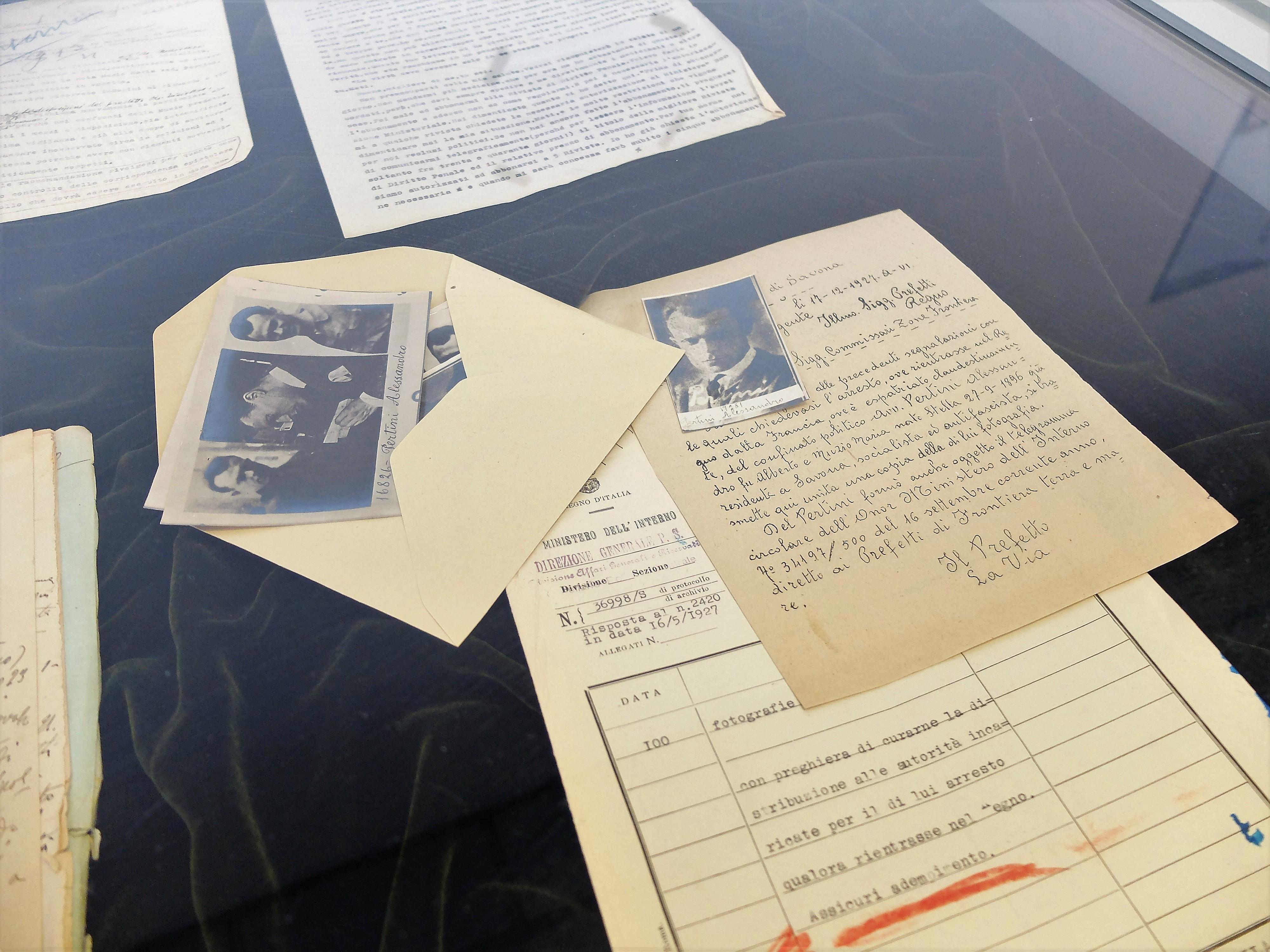 Alcuni documenti dal fascicolo di Sandro Pertini relativi alla sorveglianza degli spostamenti e della corrispondenza